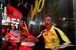 Eddie Jordan fait de la batterie avec son groupe