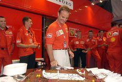 Anniversaire de Rubens Barrichello : Rubens Barrichello coupe le gateau