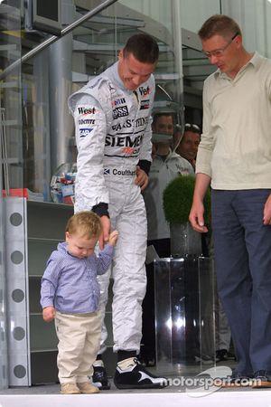 Mika Hakkinen et son fils Hugo avec David Coulthard