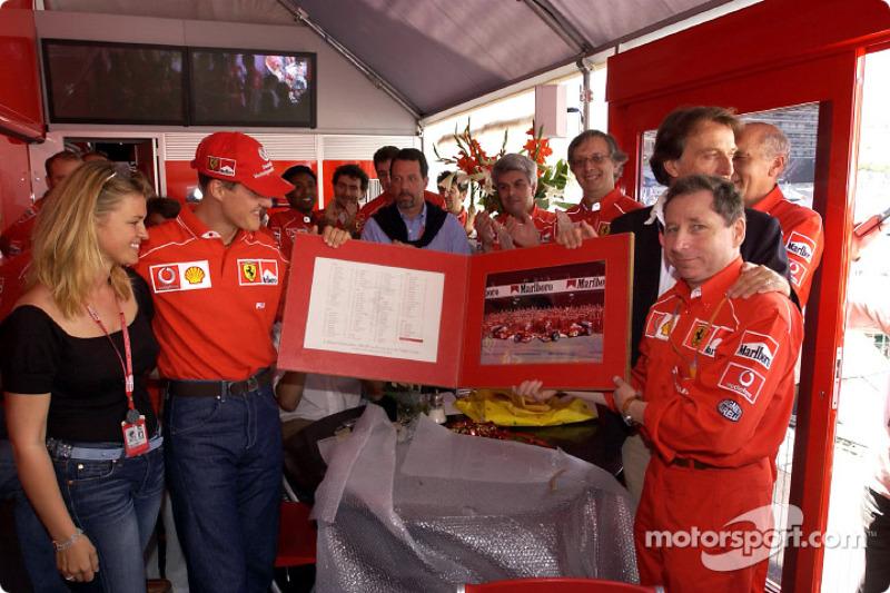 Michael Schumacher celebrando su Gran Premio 100 con Ferrari