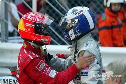 Michael Schumacher félicite le vainqueur David Coulthard