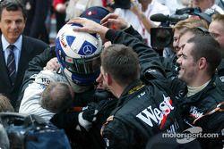 Le vainqueur David Coulthard fait la fête avec son équipe McLaren