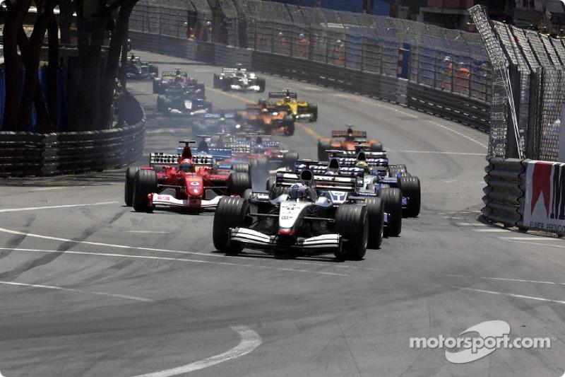 Primera curva: David Coulthard liderando a Juan Pablo Montoya y Michael Schumacher