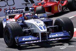 Juan Pablo Montoya devant Michael Schumacher