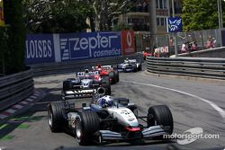 David Coulthard mène devant Juan Pablo Montoya