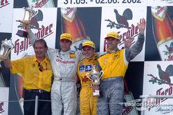 El jefe de Marketing de Abt, Harry Unflath, Bernd Schneider, el ganador de la carrera, Laurent Aiell