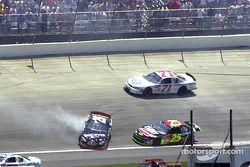 Todd Bodine et Joe Nemechek en collision