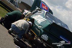Au travail sur la Skoal Chevrolet Monte Carlo
