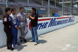 Alex Tagliani donne des conseils sur la Milwaukee Mile aux canadiens Stephan C. Roy, Jonathan Macri et Michael Valiante, dans les Toyota Atlantics Series