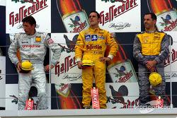 El podio: el ganador de la carrera, Laurent Aiello con Bernd Schneider y Alain Menu