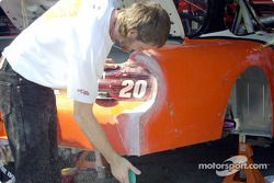 El auto de Tony Stewart necesita unos arreglos después de la Hora Feliz