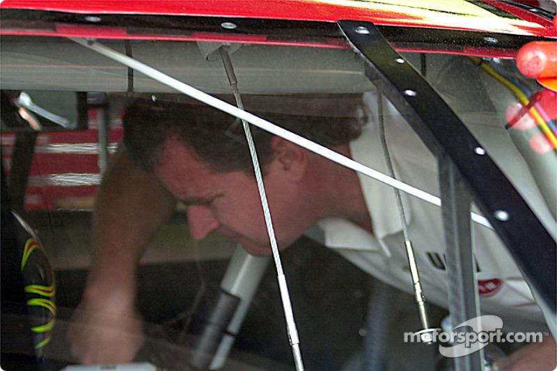 Joe Nemechek revisa dentro del carro