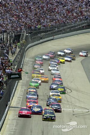 Le drapeau vert lance le départ de la course