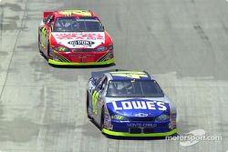 Jimmie Johnson aventaja a Jeff Gordon