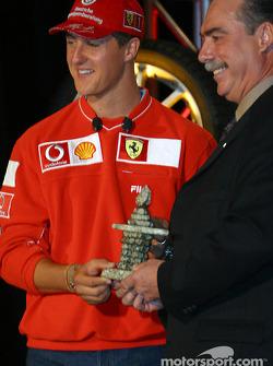Conferencia de prensa Bridgestone Motorsport / Scuderia Ferrari: Michael Schumacher recibiendo una e