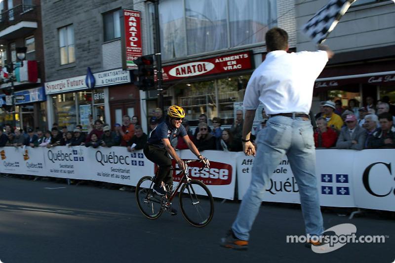 El gerente del quipo Sauber, Beat Zehnder participando en la competencia ciclista de celebridades; t