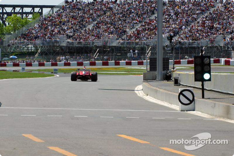 Michael Schumacher saliendo a la pista