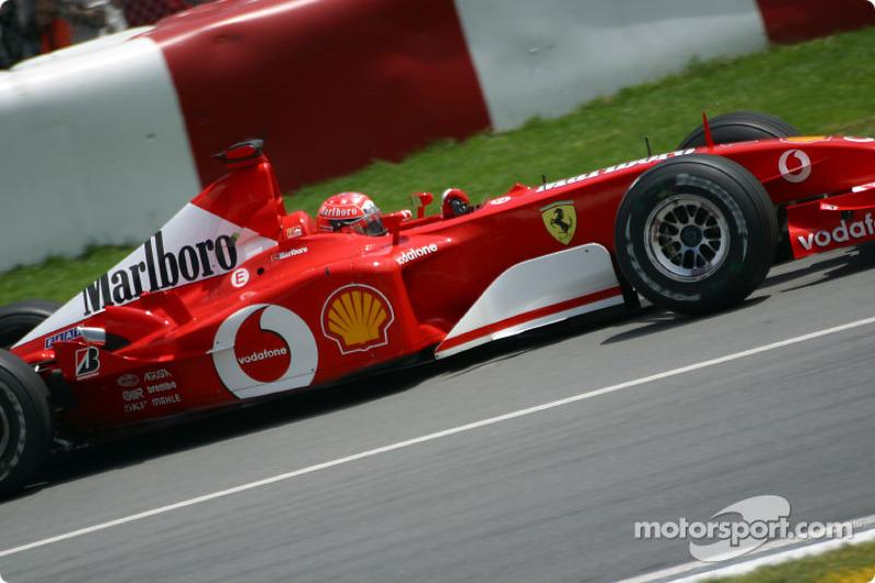 Michael Schumacher rumbo a la pre parrilla
