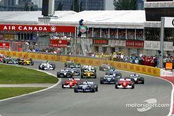 start: Juan Pablo Montoya leading Rubens Barrichello ve Michael Schumacher