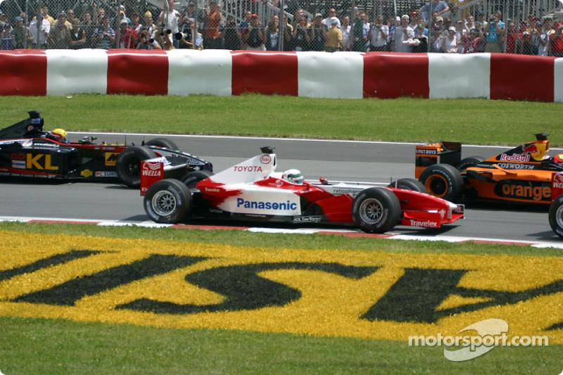 Primera curva: Allan McNish y Mark Webber