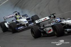 Kimi Raikkonen batallando con Ralf Schumacher