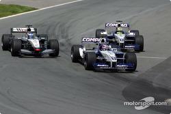 Juan Pablo Montoya, Kimi Raikkonen y Ralf Schumacher batallando