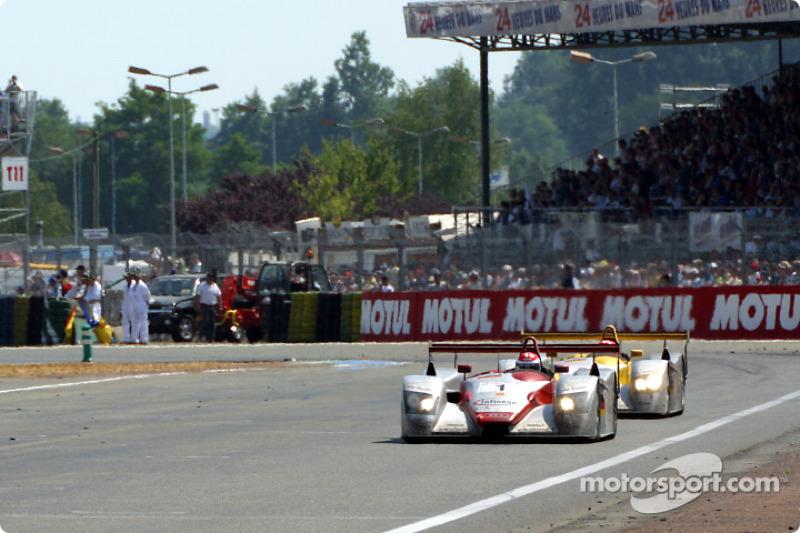 El Corvette C5-R de Corvette Racing Chevrolet  y el Saleen S7R de Konrad Motorsports