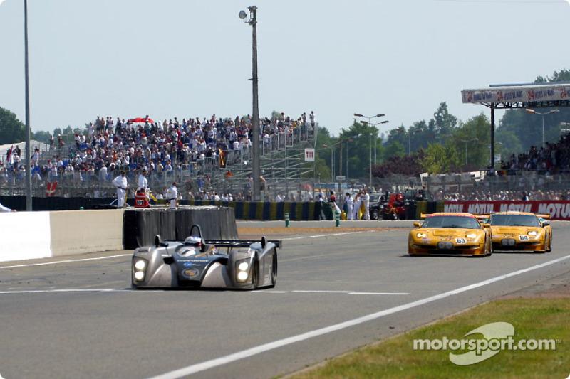 El Cadillac Northstar LMP-02 de Team Cadillac  y dos Corvette C5-R de Corvette Racing Chevrolet  en la meta