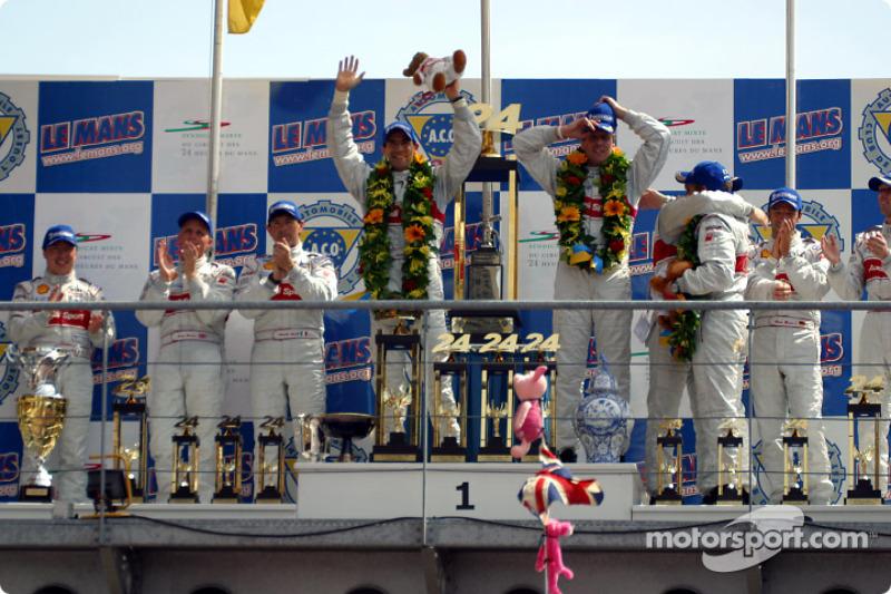 El podio general y de LMP 900 - LM GTP: Christian Pescatori, Johnny Herbert, Rinaldo Capello, Emanuele Pirro, Tom Kristensen, Frank Biela, Michael Krumm, Marco Werner y Philipp Peter