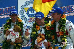 Het algemene podium en LMP 900 - LM GTP podium: racewinnaars Emanuele Pirro, Tom Kristensen en Frank