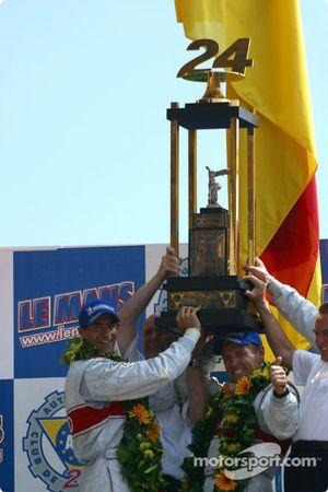 Podio general y de LMP 900 - LM GTP: los ganadores Emanuele Pirro, Tom Kristensen y Frank Biela cele