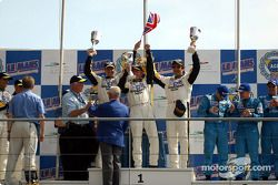 Podio LM GTS : ganadores Oliver Gavin, Johnny O'Connell y Ron Fellows