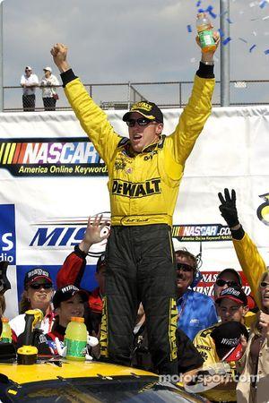 Matt Kenseth célèbre sa victoire au SIRIUS 400 à Michigan