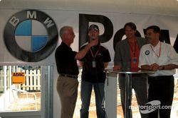 Ralf Schumacher ve BMW Motorsport Direktör Dr. Mario Theisse ve ADAC sports Direktör Hermann Tomczyk