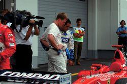 Ralf Schumacher ve Juan Pablo Montoya checking Ferrari