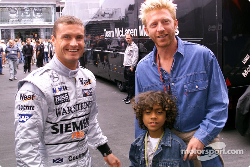 Boris Becker y su hijo Noah visitando a David Coulthard y el equipo McLaren Mercedes