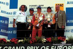 El ganador del primer heat del Campeonato Fórmula BMW ADAC, Hannes Neuhauser, Christian Mamerow y Ni