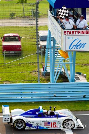 Chris Dyson sert le poing après sa victoire les 6 Hours of The Glen