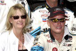 Ricky Rudd y su esposa Linda celebrando en Victory Lane