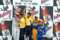El podio: el ganador de la carrera Laurent Aiello con Bernd Schneider, Albert Deuring, Hans-Jürgen A