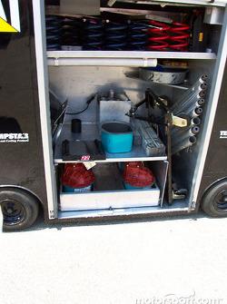 El vagón en el garage del equipo Caterpillar Dodge de Ward Burton
