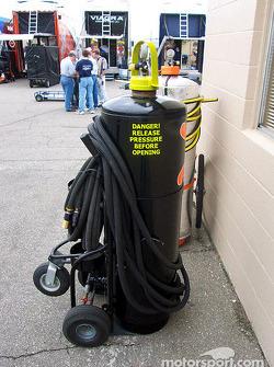 Equipo de enfriamiento purga el tanque en el área de garage de la Winston Cup