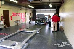 Insepcción técnica en el auto de Mark Martin
