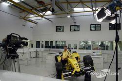 Eddie Jordan apareciendo en vivo en televisión desde la fábrica de Jordan en Silverstone