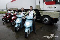 Miembros del equipo BAR en sus Honda scooters