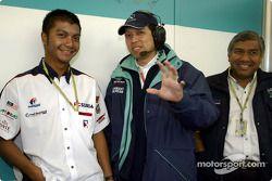 El piloto malayo Mohamed Fairuz Mohamed Fauzy visitando al Equipo Sauber