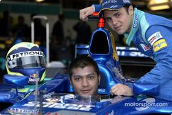 El piloto malayo Mohamed Fairuz Mohamed Fauzy visitando al Equipo Sauber: Fairuz y Felipe Massa