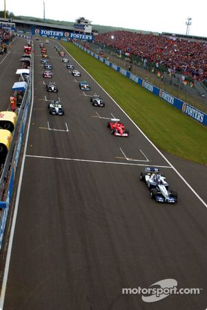 La arrancada: Juan Pablo Montoya a frente de Michael Schumacher