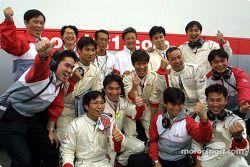 Miembros del equipo Honda celebrando