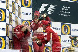 Champaña para Michael Schumacher, Rubens Barrichello y Ross Brawn